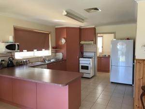 A kitchen or kitchenette at 91 Stevenson Court