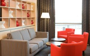 A seating area at ibis Bristol Temple Meads