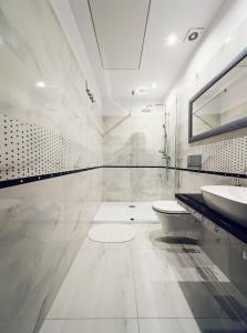 A bathroom at Calliope Apartments