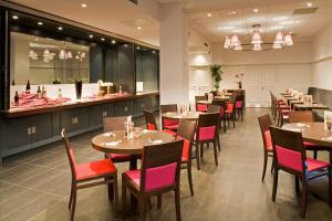 A restaurant or other place to eat at ibis Bristol Temple Meads