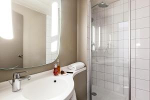 A bathroom at ibis Paris Gare De L'Est TGV
