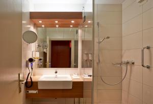 A bathroom at H+ Hotel Goslar