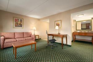 A seating area at Hampton Inn & Suites Williamsburg-Central