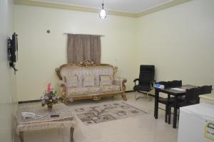 Uma área de estar em Manazel Al Faisal Furnished Apartments