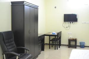 Uma TV ou centro de entretenimento em Manazel Al Faisal Furnished Apartments