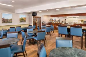 A restaurant or other place to eat at Ayres Suites Diamond Bar