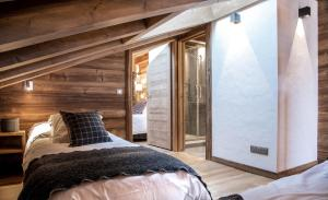 A bed or beds in a room at Les Cimes