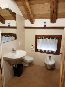 A bathroom at Malga Giau