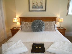 A bed or beds in a room at Britannia Guest House