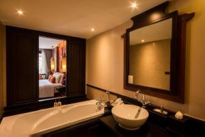 A bathroom at Siripanna Villa Resort & Spa Chiang Mai