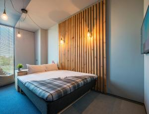 A bed or beds in a room at Urbihop Hotel