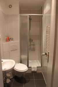 A bathroom at Kur- und Ferienhotel Sanddorn