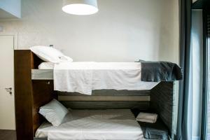 Letto o letti a castello in una camera di Hostel Trastevere