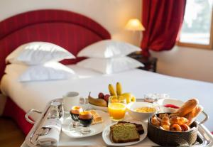 Breakfast options available to guests at Le Château De Beaulieu