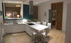 A kitchen or kitchenette at La vie de château, Gîte à 100km de Paris, en famille ou entre amis, 15 personnes