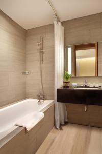 A bathroom at BATIQA Hotel Pekanbaru