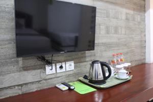 A television and/or entertainment centre at Hotel Bayt Kaboki