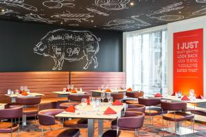 A restaurant or other place to eat at Novotel Brussels City Centre