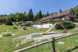 Aire de jeux pour enfants de l'établissement Team Holiday - Camping Le Balcon de Chartreuse