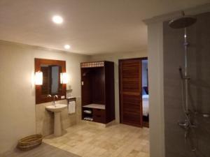 A bathroom at Bluewater Maribago Beach Resort