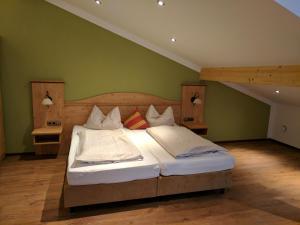 Ein Bett oder Betten in einem Zimmer der Unterkunft Gasthaus Weingast