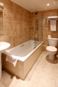 A bathroom at Wolverhampton Goldthorn Hotel