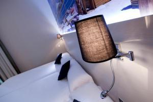 מיטה או מיטות בחדר ב-Hostal BCN Ramblas