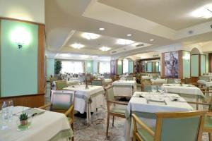 A restaurant or other place to eat at Sangallo Palace