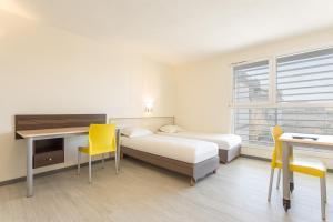 Ein Bett oder Betten in einem Zimmer der Unterkunft City Résidence Bordeaux Centre
