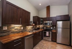 A kitchen or kitchenette at Big Bear Loft