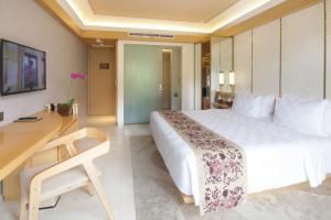 سرير أو أسرّة في غرفة في فندق بادما باندونغ