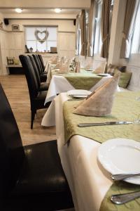 A restaurant or other place to eat at Hotel & Restaurant Schwarzes Kreuz