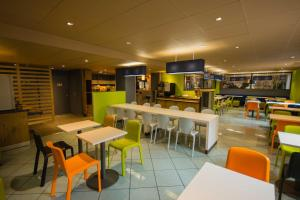 A restaurant or other place to eat at ibis budget Marseille Vieux Port