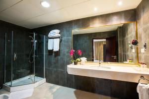 Ванная комната в Mikhael's Hotel
