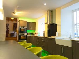 A kitchen or kitchenette at Hillview Cottage