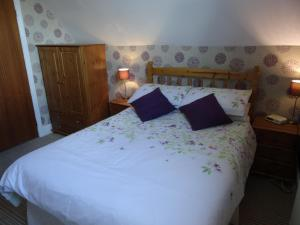 A bed or beds in a room at Victoria Lodge