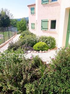 A garden outside Résidence Au Brin d'Olivier