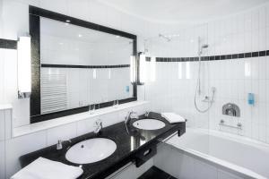 A bathroom at Hotel Villa Marburg im Park