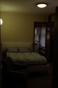 Łóżko lub łóżka w pokoju w obiekcie Academus - Cafe/Pub & Guest House