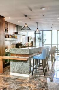 Un restaurante o sitio para comer en The District Hotel
