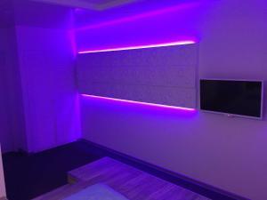 Телевизор и/или развлекательный центр в Ультрафиолет Отель Некрасовка