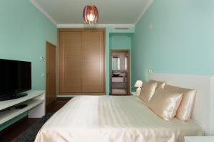 A bed or beds in a room at Porto de Mos Golf & Beach B&B