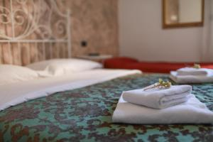 A bed or beds in a room at Hotel Pisa