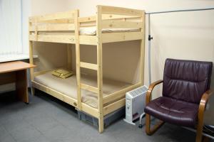 Двухъярусная кровать или двухъярусные кровати в номере Олд Флэт Хостел на Некрасова