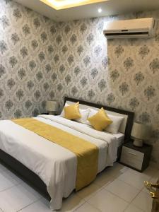 Cama ou camas em um quarto em Saraya Al daraaya Aparthotel