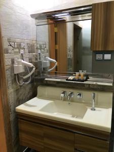 Um banheiro em Saraya Al daraaya Aparthotel