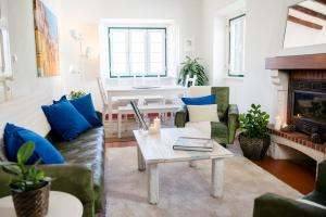 A seating area at Laneez Ericeira Cottage