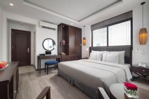 A bed or beds in a room at Bonsella Hotel