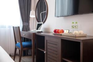 A kitchen or kitchenette at Bonsella Hotel