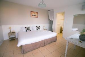 A bed or beds in a room at Hôtel La Fiancée du Pirate